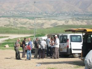Colonos israelíes armados llegan para hacer senderismo