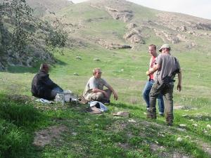 El colono israelí invitado con kebab por Gashan retribuye con dos pomelos