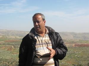 Ghasan mostrando las tierras que pertenecían a su familia antes de la ocupación