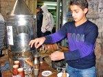 Un joven vendedor preparando el tradicional café árabe en el mercado de la Ciudad Vieja
