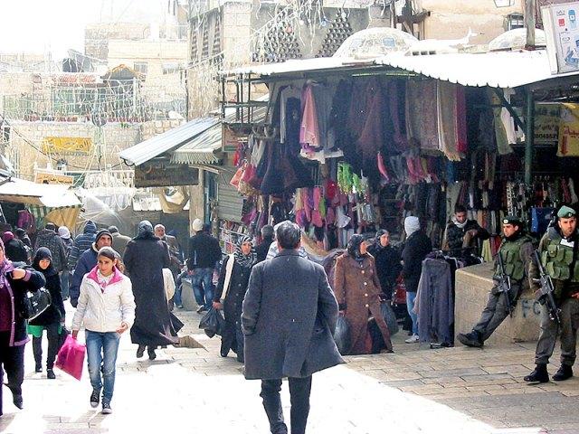 Soldados israelíes omnipresentes en el mercado árabe
