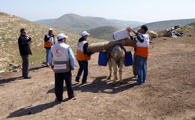 Transportando agua y lonas a lomo de burro