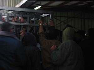 No son presos, sino trabajadores palestinos esperando para entrar a Jerusalén