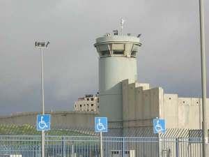 Torre de control del checkpoint Qalandiya y el Muro que divide Jerusalén