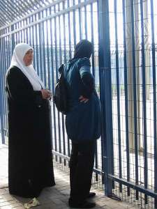 Una mujere embarazada espera inútilmente: la 'entrada humanitaria' se cerró a las 7.30 sin ninguna explicación.