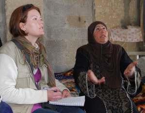 Una residente de Awarta explica al EAPPI la detención arbitraria de su hijo por el ejército israelí (Petter Lydén)