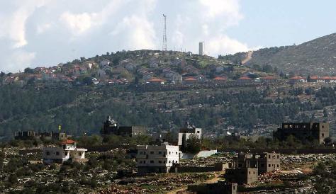 Vista parcial de Itamar al fondo, sobre el cerro; adelante, una aldea palestina