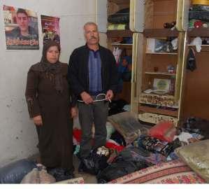 Un matrimonio -cuyo hijo fue asesinado- en su casa de Awarta, después de la incursión del ejército (Petter Lydén)