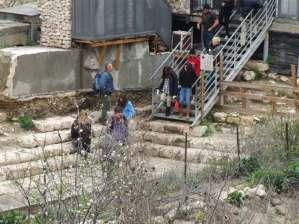 Turistas visitando el parque arqueológico Ciudad de David