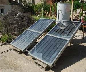 Paneles solares destrozados por los soldados