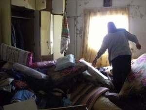 La familia Kawariq en los restos de su hogar (ISM)