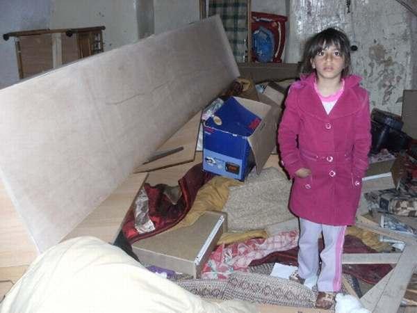 Una niña de la familia Awaad en las ruinas de su hogar después de la 'visita' de los soldados (ISM)