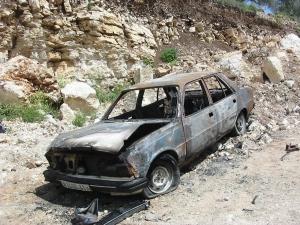 Un auto palestino incendiado por los colonos en las afueras de Urif