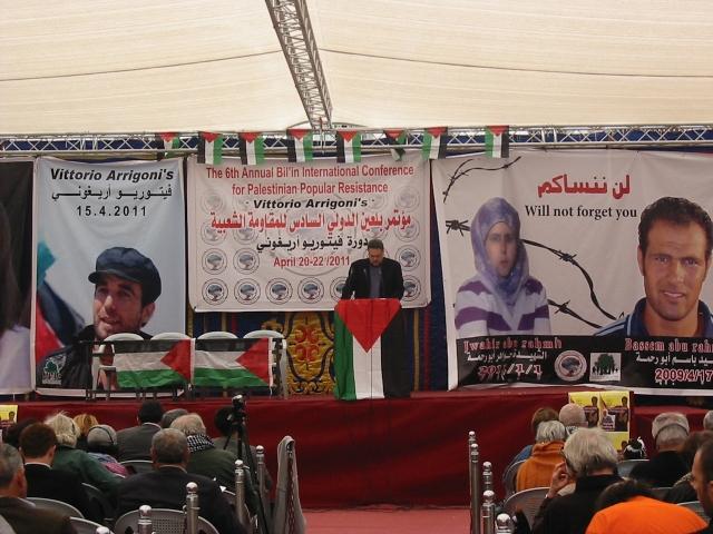 Vittorio Arrigoni junto a Jwahir y Bassem Abu Rahmah, mártires de Bil'in