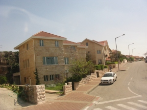 Viviendas israelíes subsidiadas con todos los servicios en tierras palestinas