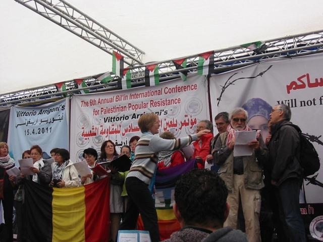 Internacionalistas de Francia cantando para el pueblo de Bil'in