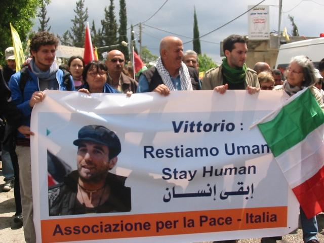 "Italian@s marchando en Bil'in con la consigna de Vittorio: ""Restiamo umani"""