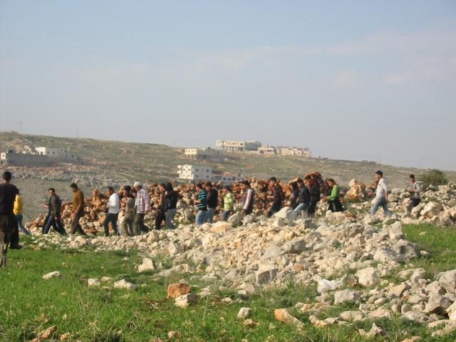 Jóvenes de Iraq Burin regresando de la manifestación semanal contra los colonos de Bracha