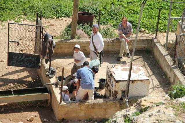 Colonos de Itamar contaminando el manantial de Yanun (marzo 2011, H.Minch)