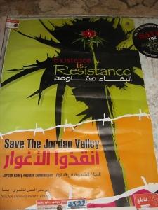 """""""Existir es Resistir"""": lema del Jordan Valley Solidarity. Poster en el Centro Comunitario de Al-Jiftlik"""