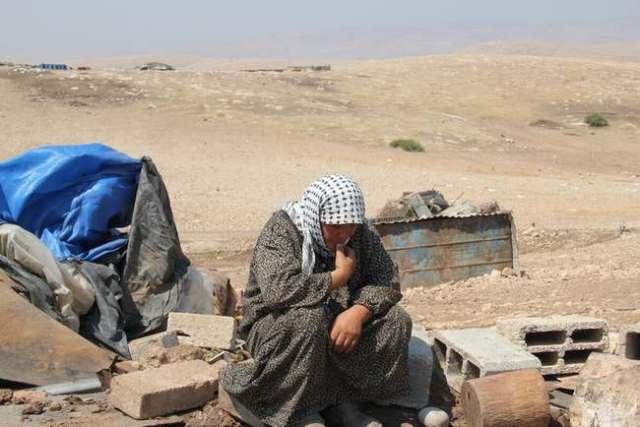 Ralia Saleh Yusuf entre los escombros de su hogar destruido. Al Hadidiya, 21/6/11. (Hilary Minch)