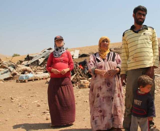 Ahmed Abdullah Harfi y su familia junto a las ruinas de su hogar en Al Hadidiya (H.Minch)