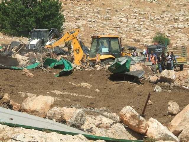 El ejército israelí demoliendo viviendas palestinas en Khirbet Yarza, 21/6/11. (Patricia Mercer)