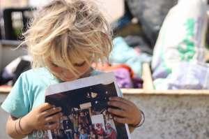 Mostrando una foto de su familia. Al Hadadiya, 21/6/11 (Live Haberg)