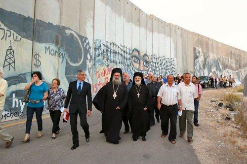 Líderes cristianos palestinos junto al Muro de separación durante la Semana de Oración por la Paz del Consejo Mundial de Iglesias (mayo 2011)