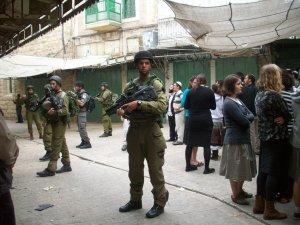 Soldados 'protegiendo' el paseo de los colonos judíos en el centro de la ciudad palestina de Hebrón (Lena Föll)