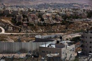 El muro que rodea y separa a Jerusalén del resto de Cisjordania. Detrás, colonias israelíes ilegales.