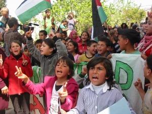 Niñas y niños de Awarta manifestando contra el toque de queda y la violencia del ejército de ocupación  (2/4/11)