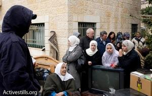 Familia de Sheikh Jarrah con sus objetos personales después de que la policía y colonos los desalojasen (Foto: Activestills)