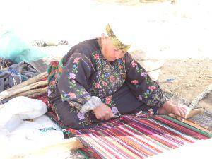 Tejedora de Al-Tuwani en su telar tradicional (D. Fankhauser)