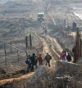 Niñxs en el peligroso camino a la escuela, 'escoltadxs' por el ejército de ocupación.