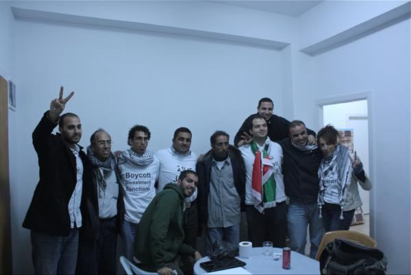 "Lxs 6 ""freedom riders"" festejan después de ser liberados."