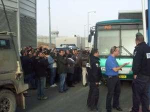 El autobús 148 llega al checkpoint de Hizmeh