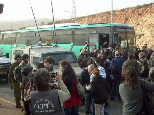 El momento en que activistas y periodistas se suben al autobús rumbo a Jerusalén