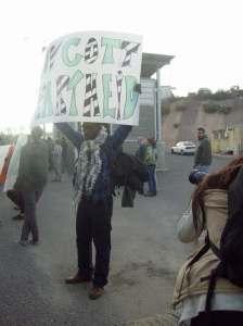 """Un activista sudafricano con el cartel """"BASTA DE APARTHEID"""""""
