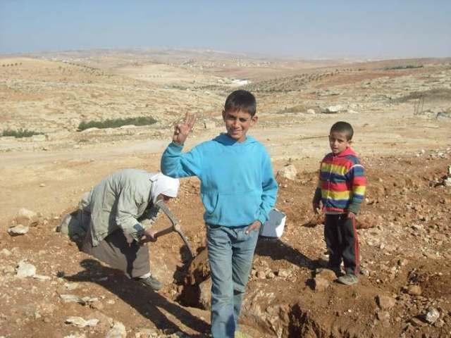 Jóvenes y viejos trabajan para reconstruir la mezquita