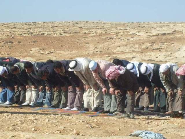 Y los hombres rezan frente a las ruinas de su mezquita y junto al predio destinado a la nueva.