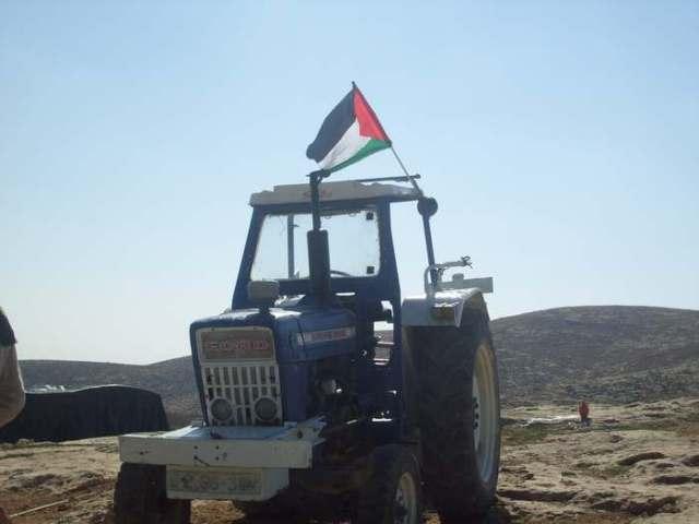 Hasta el tractor exhibe con orgullo el emblema nacional!