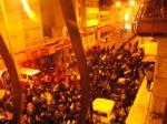 La multitud lleva el cuerpo de Saleh en medio de gritos de dolor y rabia.