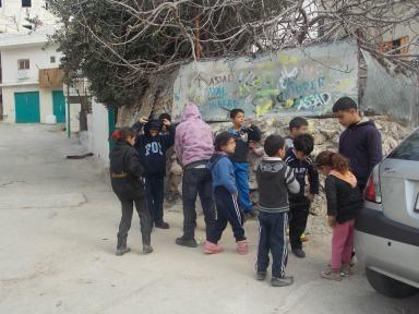 En Aida, los niños todavía juegan a la bolita en la calle.