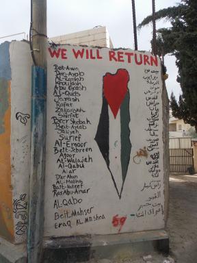 En un muro del campamento, los nombres de todas las aldeas de donde fueron expulsadxs lxs habitantes de Aida