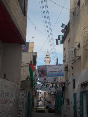 Una calle en Aida con carteles de bienvenida al prisionero liberado