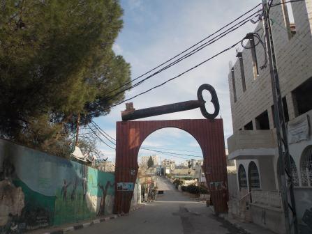 La entrada al campo de refugiados de Aida, con la enorme llave de hierro que simboliza la memoria y la voluntad de retorno.