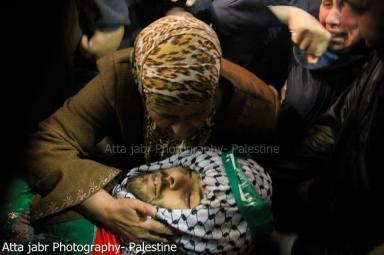 La madre de Mohammed Asfour (22), despide a su hijo asesinado en Aboud (8/3/13).