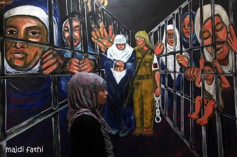 Gaza, marzo: una joven observa una exposición de obras de los presos (Majdi Fathi)