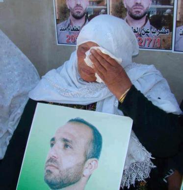 La madre del prisionero en huelga de hambre prolongada Ayman Sharawrna, durante una concentración de solidaridad